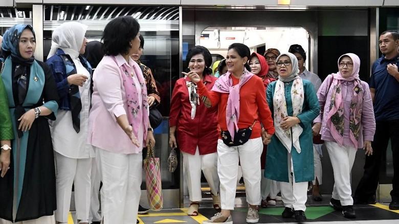 Gaya Iriana Jokowi Saat Jajal MRT
