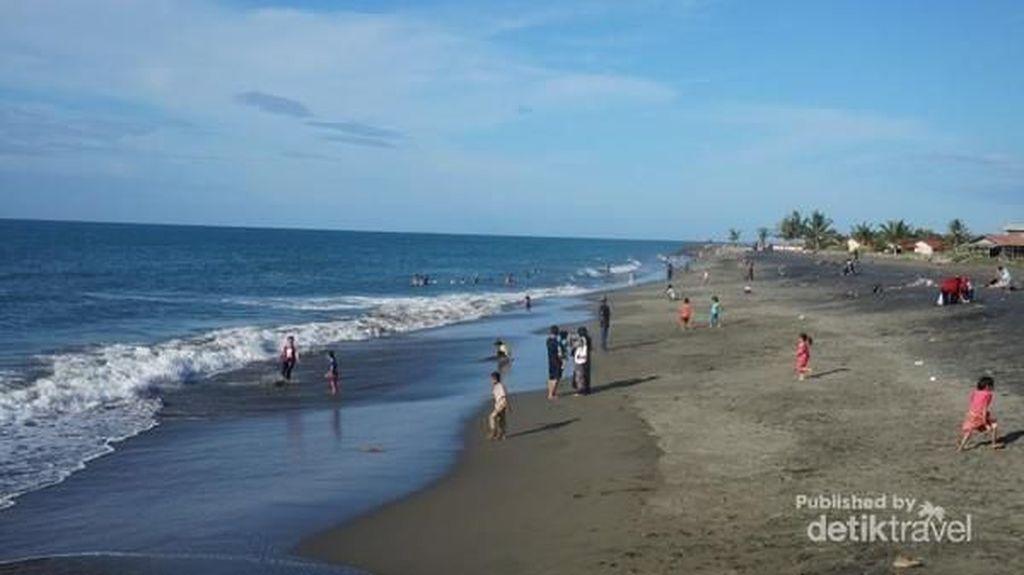 Ramai nan Syahdu di Pantai Syiah Kuala Aceh Saat Sore