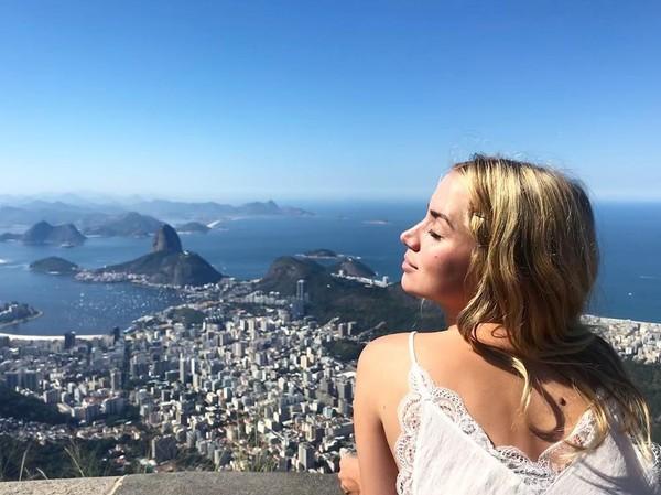 Menikmati Rio de Janeiro dari ketinggian. (ana_d_armas/Instagram)