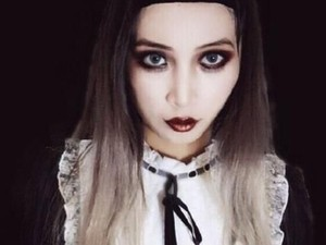 Viral, Protes Wanita yang Dilarang Naik Kereta Karena Pakai Makeup Gotik