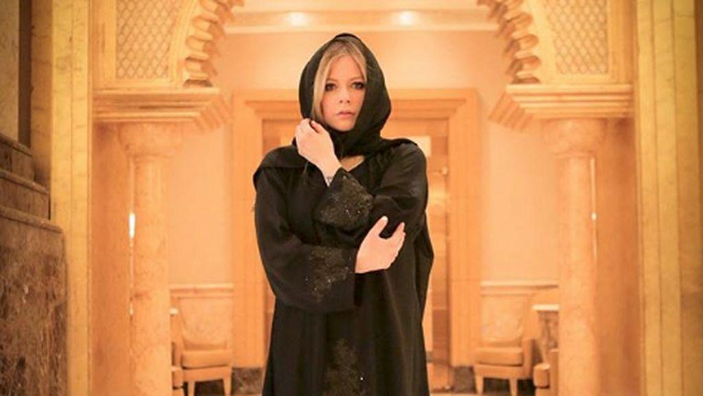 Gaya Avril Lavigne Pakai Kerudung di Abu Dhabi yang Dikira Muallaf