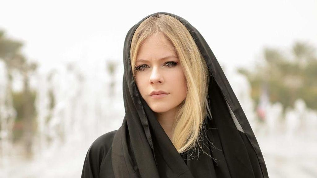 Liburan ke Abu Dhabi, Avril Lavigne Pakai Kerudung