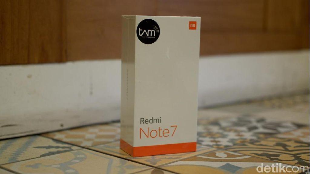 Inilah kotak kemasan Redmi Note 7 resmi, memiliki stiker TAM di bagian depannya.Foto: Adi Fida Rahman/detikINET