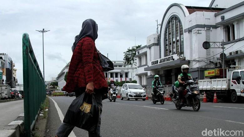 Padat Pejalan Kaki Menyebrang, Stasiun Jakarta Kota Butuh JPO