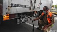 Tidak hanya mobil pribadi, truk dan mobil angkutan lainnya juga dicek emisi buangnya.