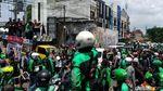 Demo Ojol di Surabaya Diwarnai Pembakaran Keranda