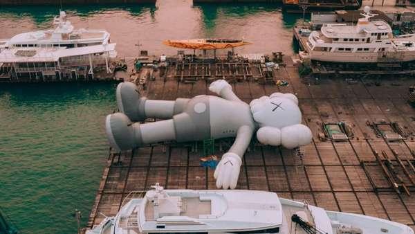 Patung KAWS Sepanjang 37 Meter Tiba di Hong Kong, Begini Penampakannya
