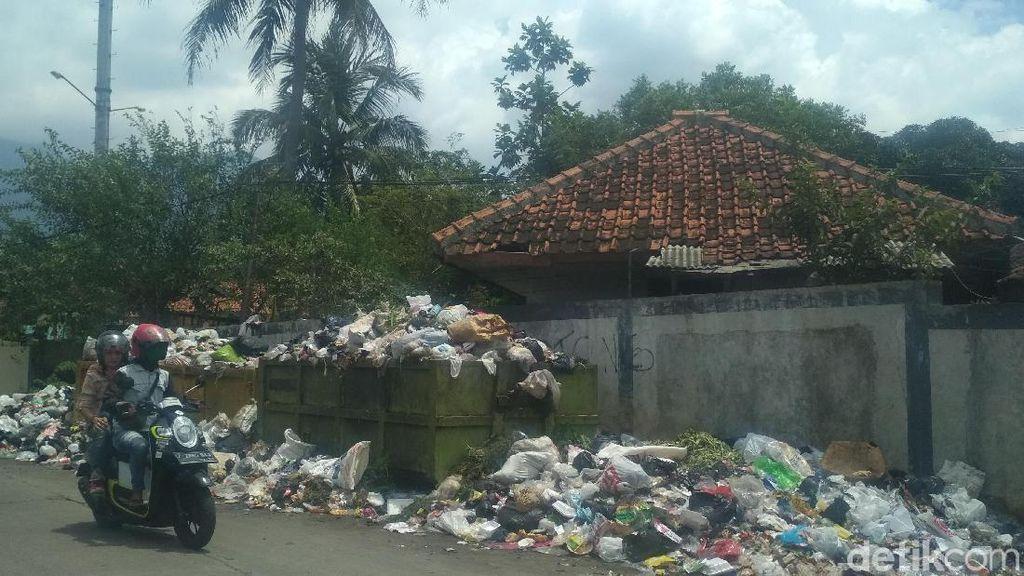 Jorok! Sampah Dibiarkan Menumpuk dan Bau Busuk di Garut