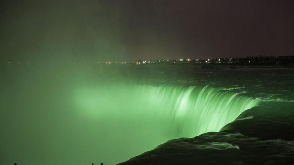 Ketika Air Terjun Niagara Jadi Hijau