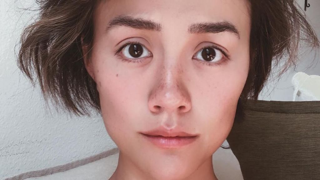 Foto Agnez Mo Pamer Wajah Tanpa Makeup yang Bikin Netizen Berdebat