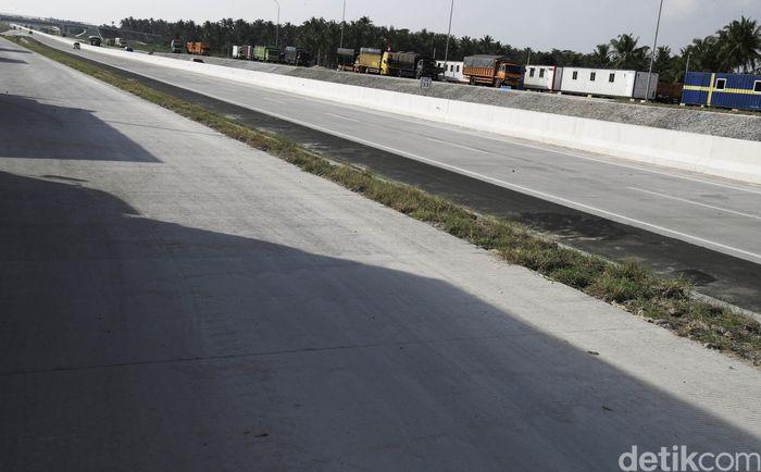 Satu hal yang kurang dari ruas tol Bakter ini adalah belum selesainya konstruksi rest area sepanjang jalan tol tersebut. Meski begitu, Kepala Cabang Ruas Bakaheuni-Terbanggi Besar, Hanung Hanindito mengatakan bahwa pihaknya telah menyiapkan rest area temporer atau darurat di 3 titik sepanjang 140 km itu.
