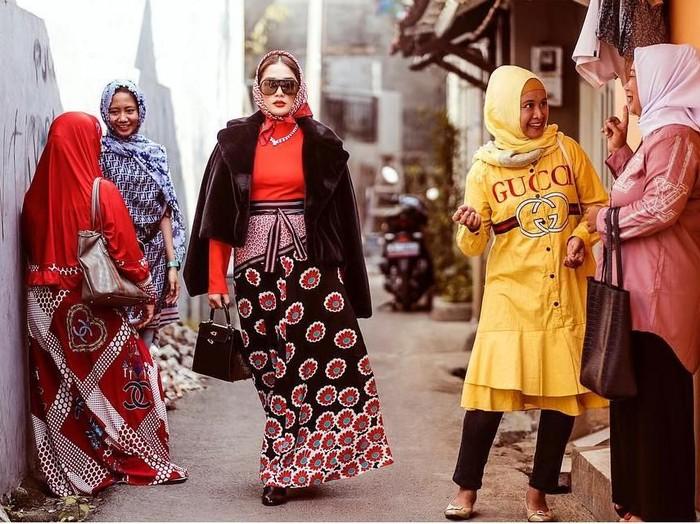 Ussy Sulistiawaty pemotretan pakai barang mewah di tempat tak biasa. Foto: Instagram @ussypratama