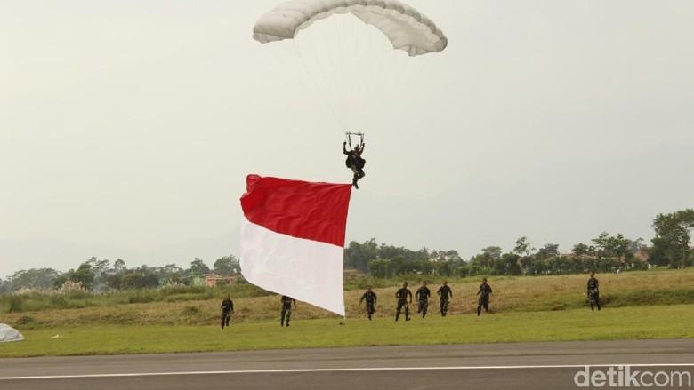 Penerjun Kopassus Pecahkan Rekor MURI Kibarkan Bendera Besar