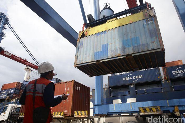 Begini aktivitas bongkar muat di Pelabuhan Tanjung Priok, Jakarta, Selasa (19/3/2019).