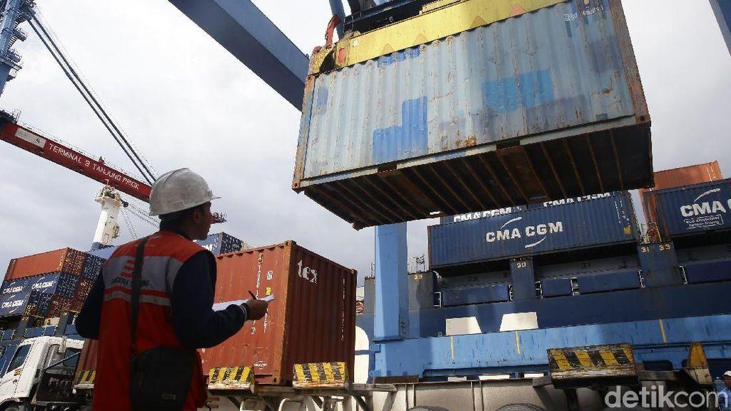 Aktivitas Bongkar Muat di Pelabuhan Tanjung Priok