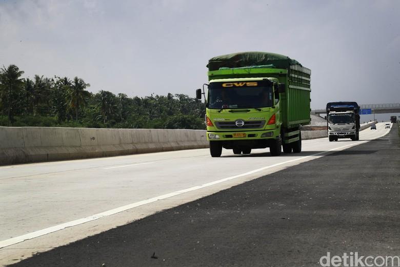 Ruas tol Bakter (Bakauheni-Terbanggi Besar) yang membentang sepanjang 140,7 km kini masih di Gratiskan. Tol pemegang ruas rekor terpanjang di Indonesia itu kini di dominasi oleh Truk lintas Sumatera.