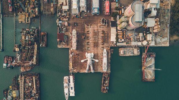 Patung Raksasa KAWS 'Mengapung' di Victoria Harbour Hong Kong