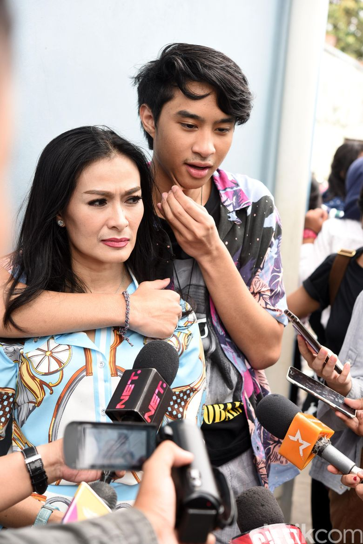Iis Dahlia dan Devano Danendra saat ditemui di studio Trans TV, Kapten Tendean, Jakarta Selatan pada Selasa (19/3). Pool/Noel/detikFoto.
