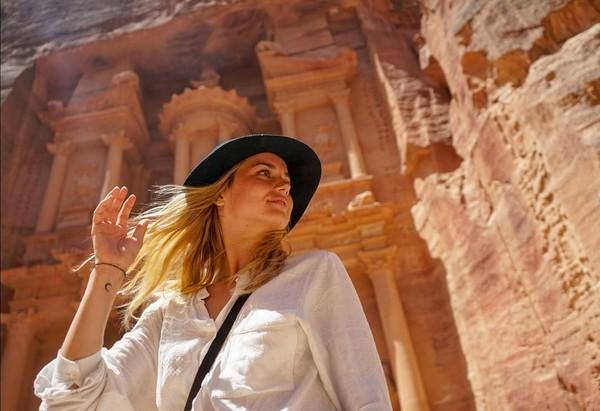 Gayanya mengabadikan momen di Petra, Yordania. (ana_d_armas/Instagram)
