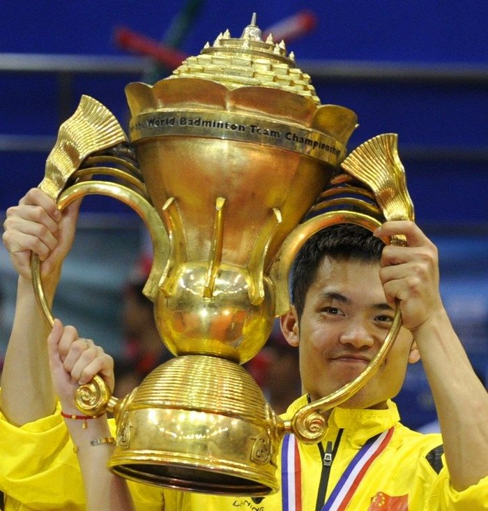Chinese badminton player Lin Dan holds up the trophy on the podium during the awarding ceremony of the 2011 Sudirman Cup world mixed team badminton championships in Qingdao, the coast city in Shandong province on May 29, 2011. China defeated Denmark 3-0. AFP PHOTO / LIU JIN (Photo by LIU JIN / AFP)