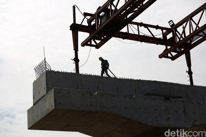 Pekerja melakukan proses pembangunan tol Becakayu seksi 2A di Bekasi Barat, Selasa (19/3/2019).