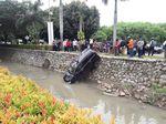 Sopir Ngantuk, Mobil Nyemplung ke Kali Harapan Indah Bekasi