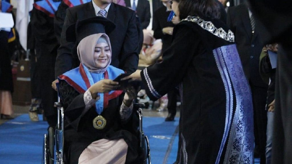 Salut, Mahasiswi ITS Surabaya Tetap Hadiri Wisuda Meski dengan Kursi Roda