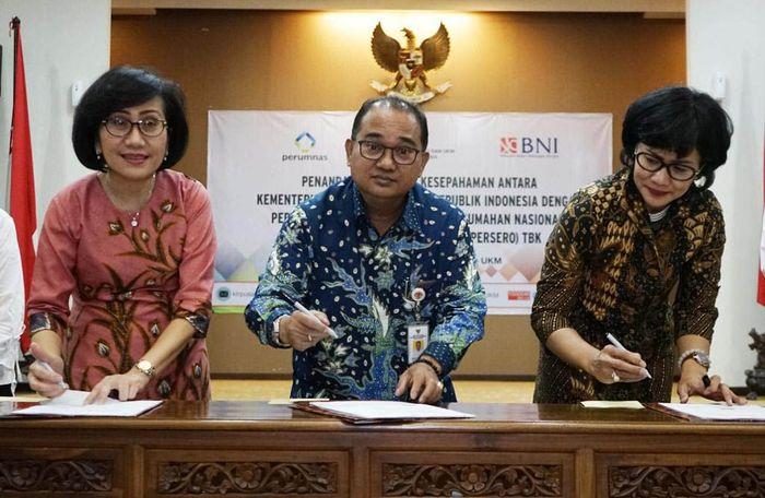 Direktur Retail Banking BNI Tambok P Setyawati, Sekretaris Kementerian Koperasi dan Usaha Kecil dan Menengah RI Meliadi Sembiring, dan Direktur Pemasaran Perum Perumnas Anna Kunti Pratiwi pada penandatangan Nota Kesepahaman (MoU) di Jakarta, Selasa (19 Maret 2019).