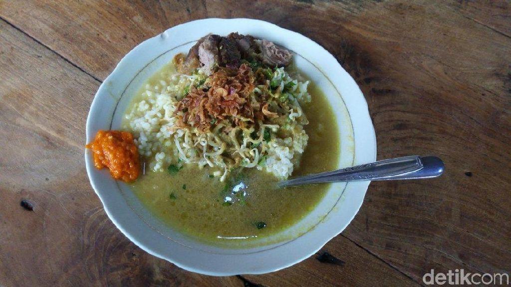 Sluurp! Gurihnya Soto Daging Legendaris yang Disajikan Dalam Piring