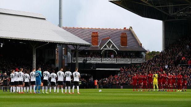 Aksi hening sesat jelang laga Fulham vs Liverpool untuk hormati sosok yang berjasa terhadap tim tuan rumah, Zara Harriso, yang meninggal pada Februari. (