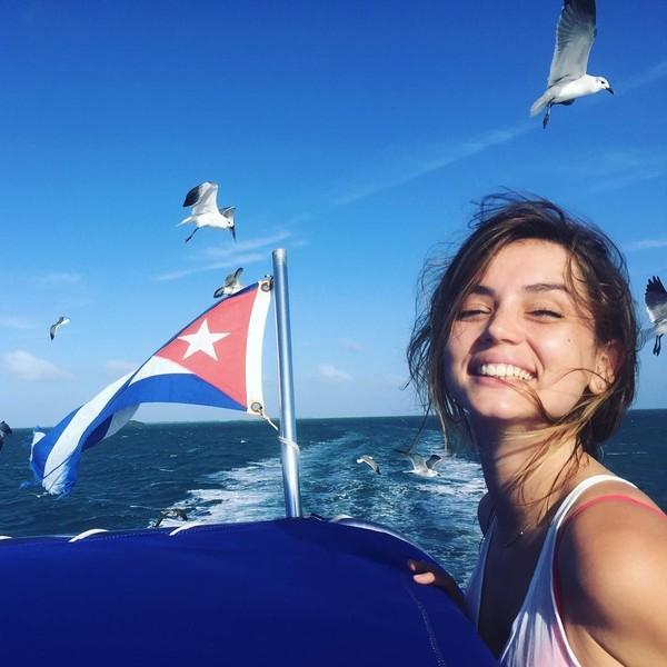 Ana juga menikmati pantai-pantai eksotis di negaranya sendiri, Kuba (ana_d_armas/Instagram)
