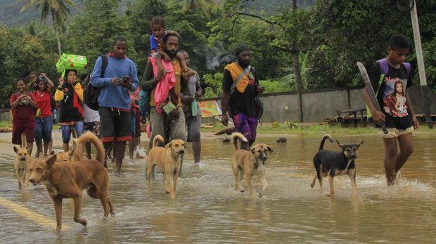 Warga mengungsi akibat banjir bandang di Sentani Jayapura, Papua, Senin (18/3)