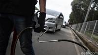 Uji emisi dilakukan oleh Dinas Lingkungan Hidup Jakarta.