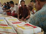 Upah Tak Sesuai, Sejumlah Pelipat Surat Suara di Cirebon Mundur