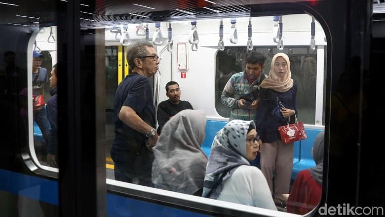 MRT Jakarta sudah mulai beroperasi. Warga Jakarta pun antusias menjajal moda transportasi baru tersebut. Seperti apa ramainya stasiun MRT? Lihat yuk.
