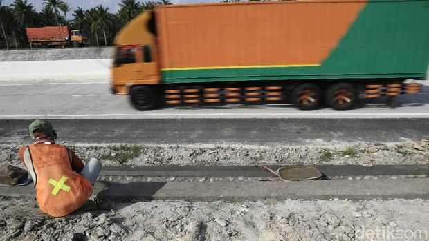Pekerja masih sibuk menyelesaikan pembangunan rest area