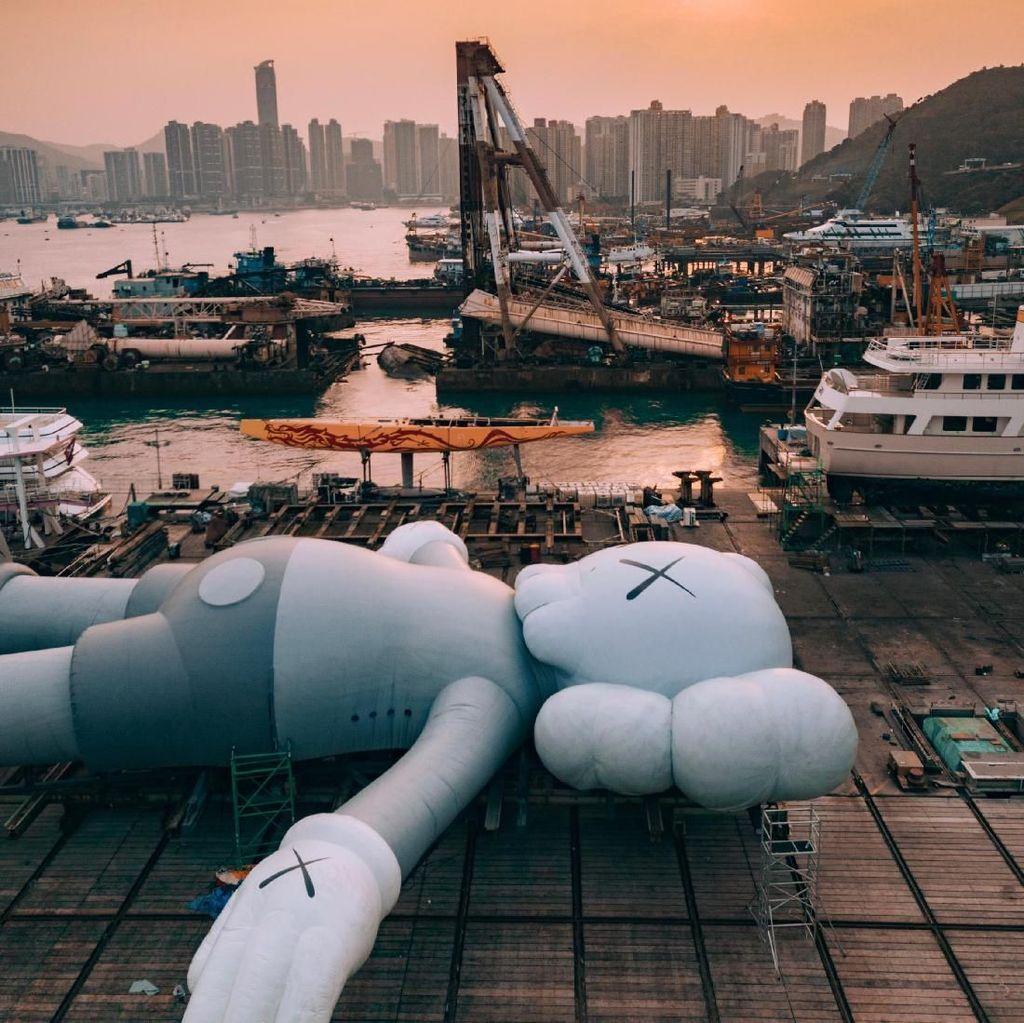 Dipadati Pengunjung, Patung KAWS Berlabuh di Hong Kong Selama 10 Hari