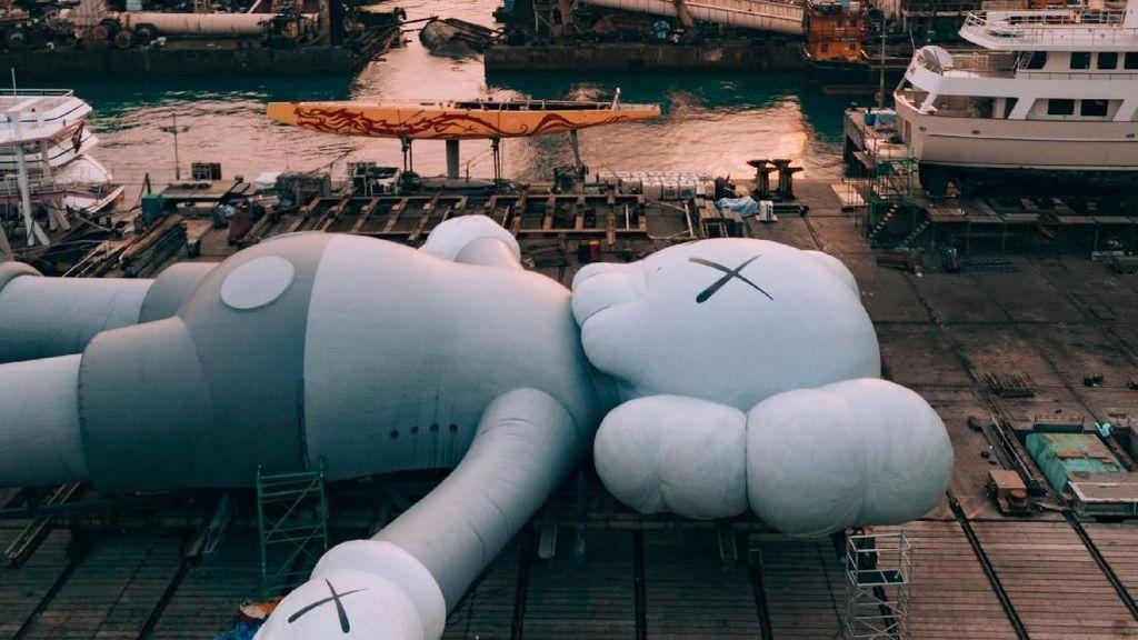Patung Raksasa Kaws Kini Rebahan di Jepang