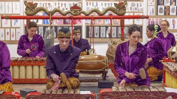 Warga Rusia yang memainkan gamelan di peragaan busana.