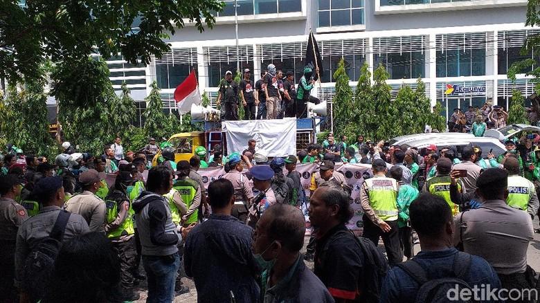 Ojek Online di Surabaya Geruduk Kantor Aplikator, Tuntut Apa?