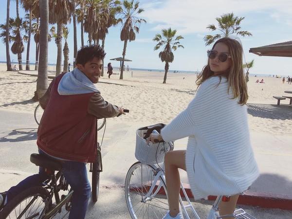 Bersepeda di Venice, California, Amerika Serikat (ana_d_armas/Instagram)