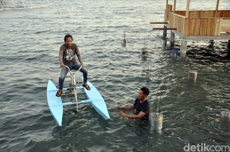 Kabupaten Polewali Mandar, di Provinsi Sulawesi Barat, memiliki banyak tempat wisata. Salah satunya, wahana sepeda laut di Dusun Bajoe, Desa Rea, Kecamatan Binuang (Abdy/detikcom)