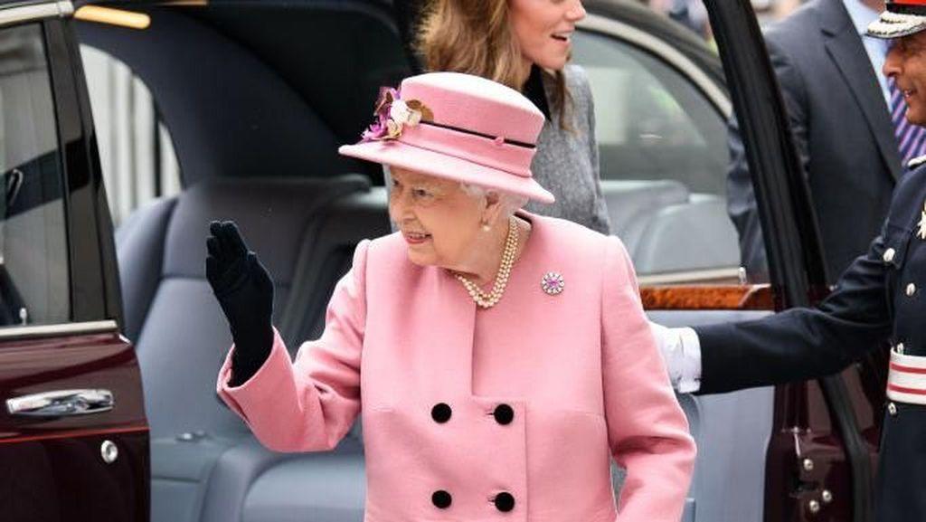 Ratu Elizabeth Cari Admin Sosmed Digaji Rp 556 Juta