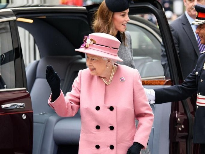 LONDON, ENGLAND - MARCH 19: Queen Elizabeth II and Catherine, Duchess of Cambridge visit Kings College London on March 19, 2019 in London, England to officially open Bush House, the latest education and learning facilities on the Strand Campus. (Photo by Joe Maher/Getty Images)
