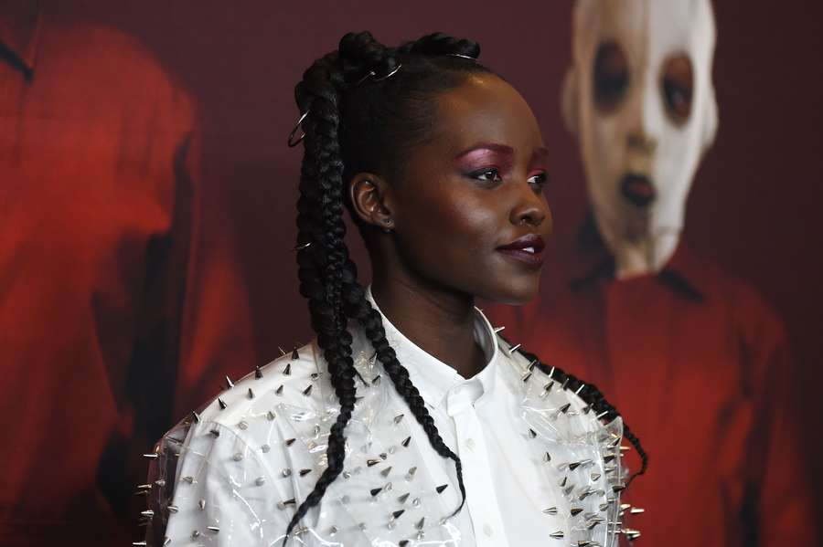 Gaya Chic Lupita Nyongo  dengan Dress Transparan