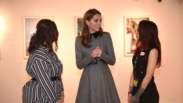 Gaya Kate Middleton dengan Coat Abu-abu saat Temani Ratu Elizabeth II