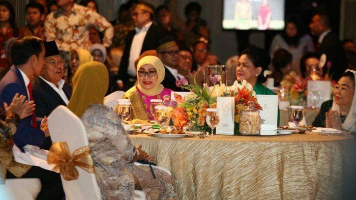 Mufidah Jusuf Kalla merupakan wanita berdarah Minang yang lahir di Sibolga. Meski usianya tak lagi muda, Mufidah tetap punya segudang aktivitas. Foto: Istana Wapres