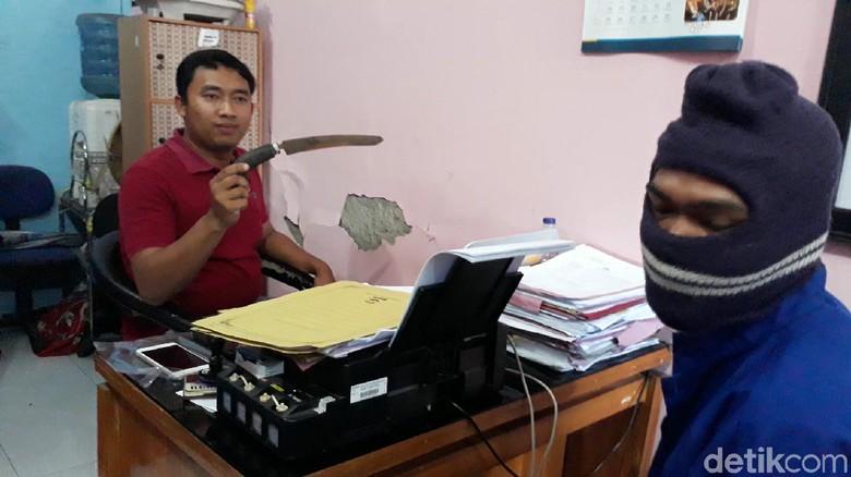 Suami Pergoki Istri Selingkuh di Kamar Mandi, Golok pun Melayang