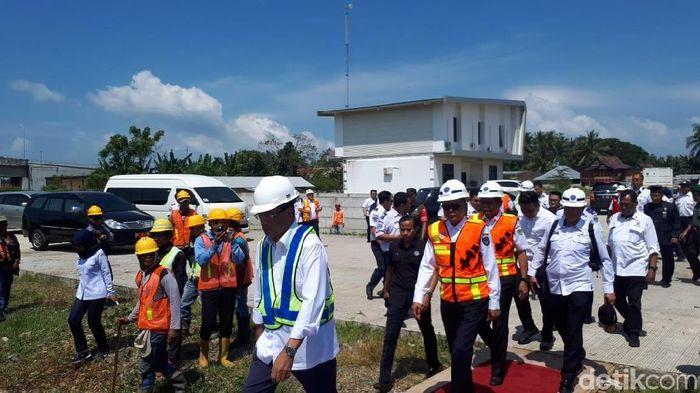 Menteri Perhubungan Budi Karya Sumadi saat Meninjau Proyek KA Trans Sulawesi di Makassar Foto: Eduardo Simorangkir