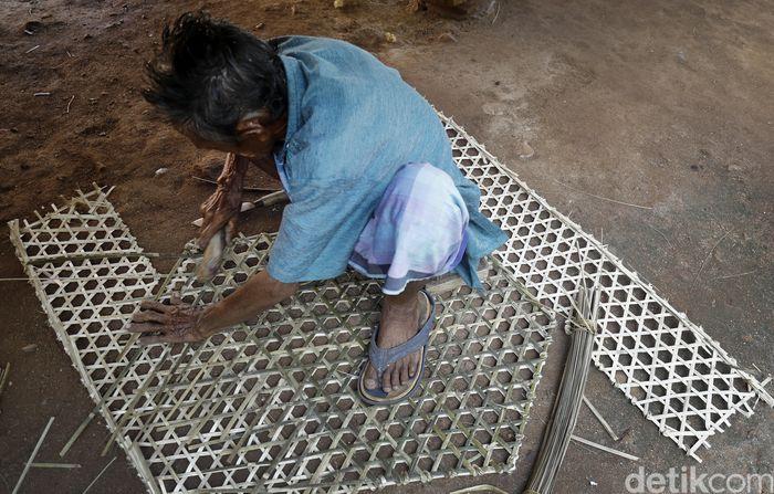 Liman bercerita, di Desa Papagarang hanya tinggal dirinya yang masih setia membuat bubu atau perangkap ikan hingga kini.